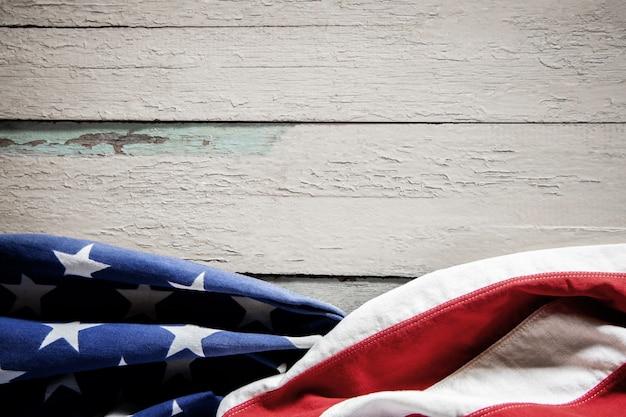 Usa vlag liggend op vintage verweerde houten achtergrond