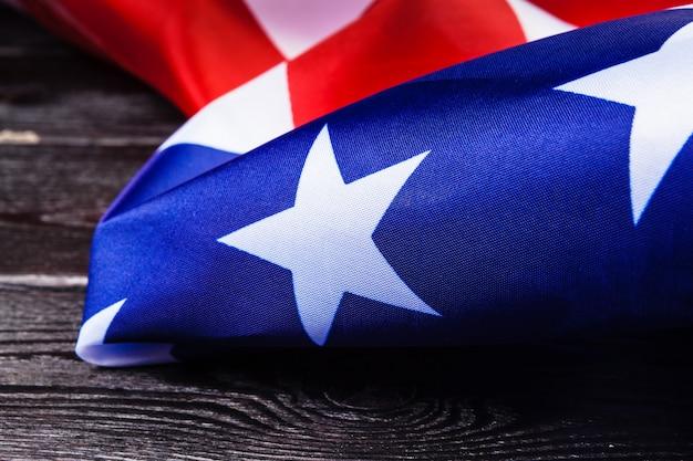 Usa vlag op donkere houten tafel