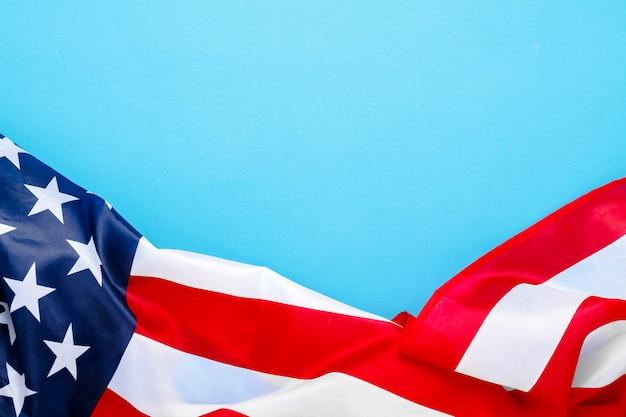 Usa vlag op een blauwe ruimte. verenigde staten. concept memorial day, independence day, 4 juli. plat lag, bovenaanzicht.