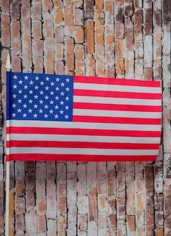 Usa vlag op witte vlaggenmast op oude bakstenen muur achtergrond