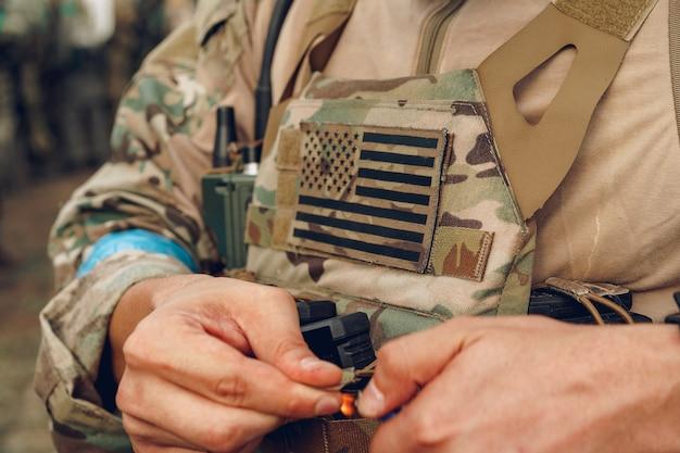 Usa vlag patch op militair uniform van amerikaanse soldaat close-up