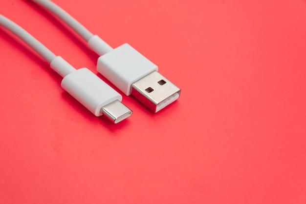 Usb-kabel type c over oranje achtergrond