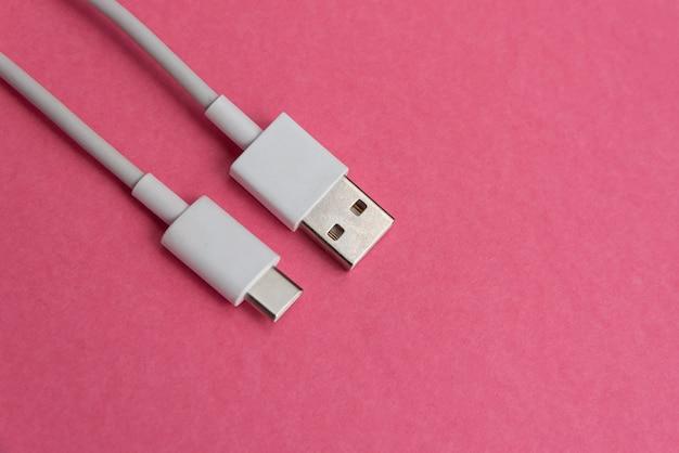 Usb-kabel type c over roze achtergrond
