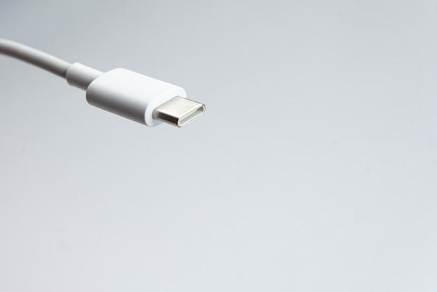 Usb-kabel type c over witte geïsoleerde achtergrond
