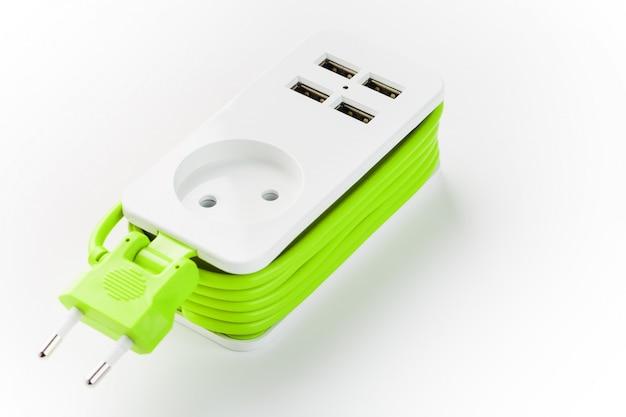 Usb-stekkerdoos met netsnoer voor het opladen van gadgets en elektronische apparaten