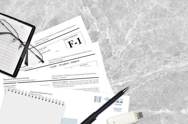 Uscis-formulier i-20 certificaat dat in aanmerking komt voor de status van niet-immigrerende student
