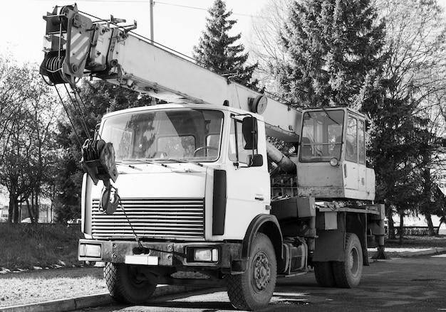 Ussr vrachtwagen staat aan de kant van de weg