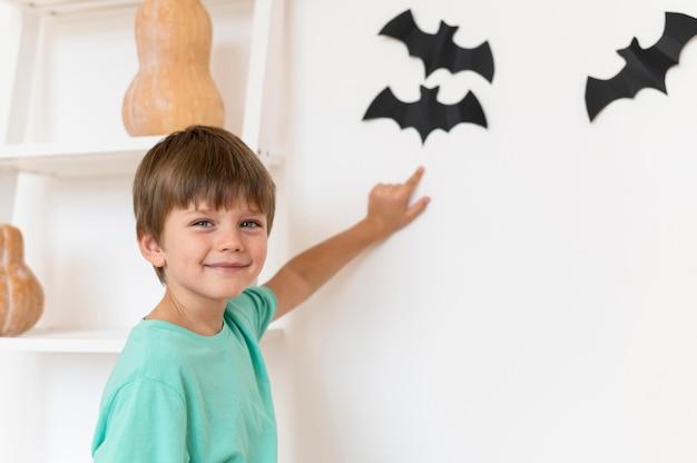 Ute jongen met halloween-concept