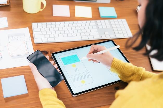 Ux ui ontwerper die de gebruikersinterface van de mobiele applicatie ontwerpt.