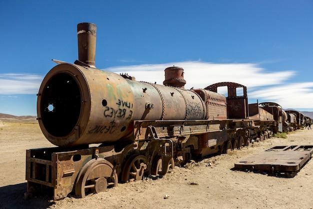 Uyuni roestige trein spoorwegbegraafplaats. trein kerkhof Premium Foto