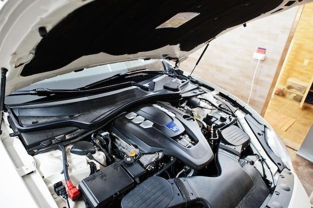 V6-motor van sportwagen in detaillering garage.