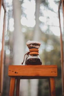 V60 koffie op de houten tafel met onscherpe achtergrond