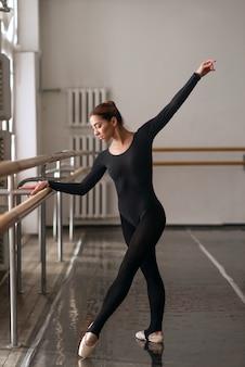 Vaardigheid ballerina poseren in balletles