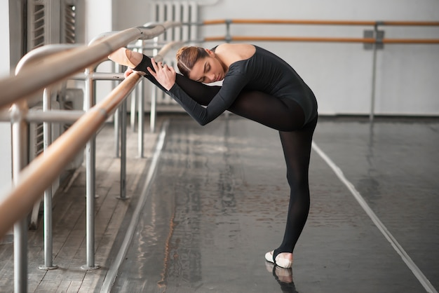 Vaardigheid balletdanser poseren in de klas
