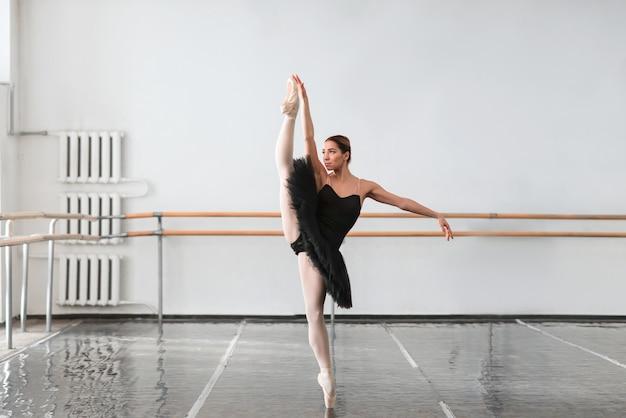 Vaardigheid balletdanser toont zich uitstrekt in de klas
