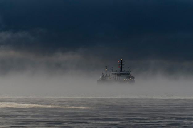 Vaartuig beperkt in haar vermogen om 's nachts met de motor te manoeuvreren. schip bezig met baggeren. baggerschip aan het werk op zee. regelgeving aanrijdingen.