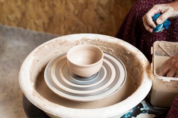 Vaas gemaakt van klei op een pottenbakkersschijf