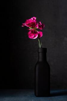 Vaas met bloeiende bloem