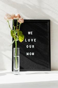 Vaas met bloemen en bericht voor moederdag