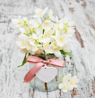 Vaas met jasmijnbloemen
