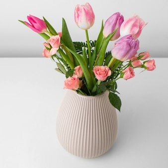 Vaas met tulpen en rozen