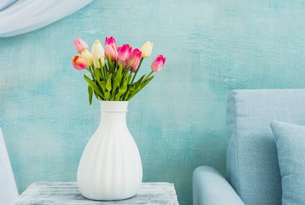 Vaas met tulpen op tafel