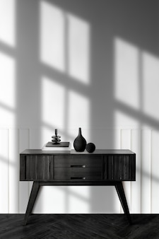 Vaas op een houten dressoirtafel