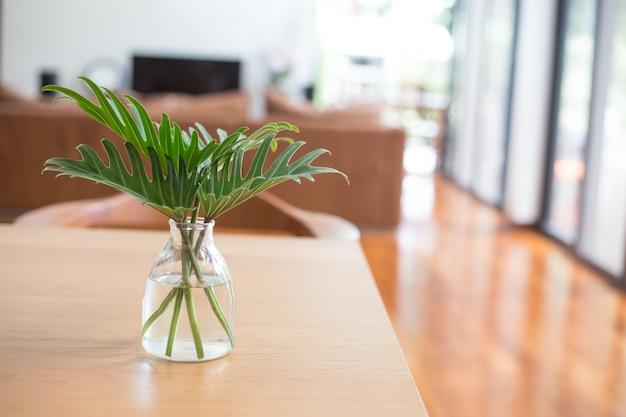 Vaas op een tafel in de woonkamer