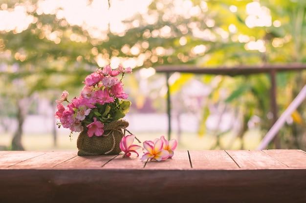 Vaas op houten tafel op natuurlijke achtergrond