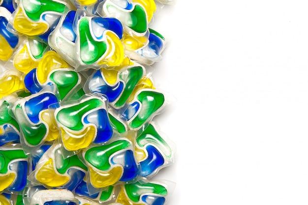 Vaatwascapsules, achtergrond van alles-in-één capsules met wasmiddel en vaatwasserzeep. kopieer ruimte.