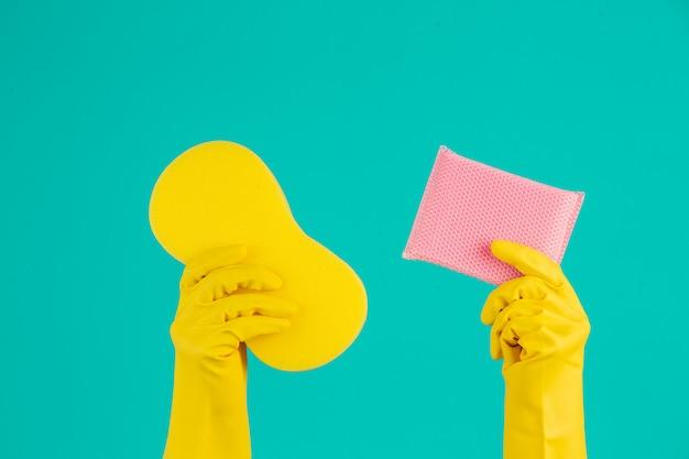 Vaatwasser draagt gele handschoenen op een blauw.