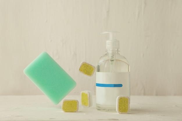 Vaatwastabletten voor reiniging met sponswastabletten en vloeistof in levitatie
