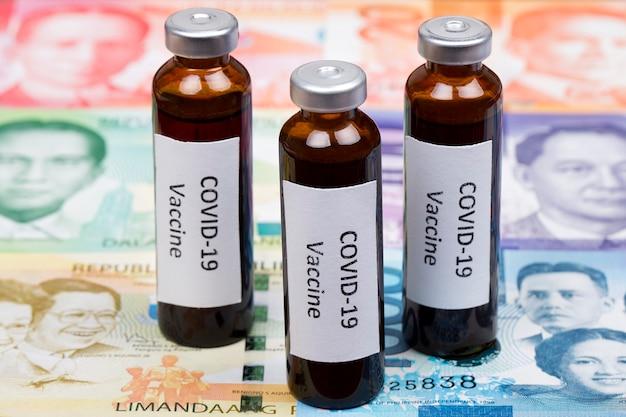 Vaccin tegen covid-19 op de achtergrond van filippijnse peso