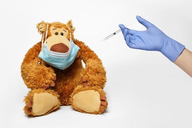 Vaccinatie van een teddybeer tegen covid