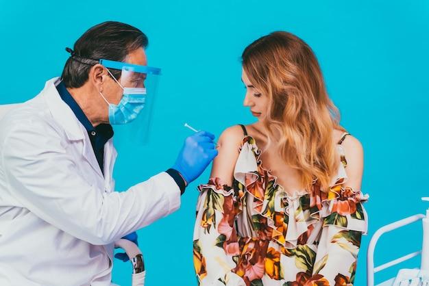 Vaccinatiecampagne covid-19 (coronavirus) in een kliniek