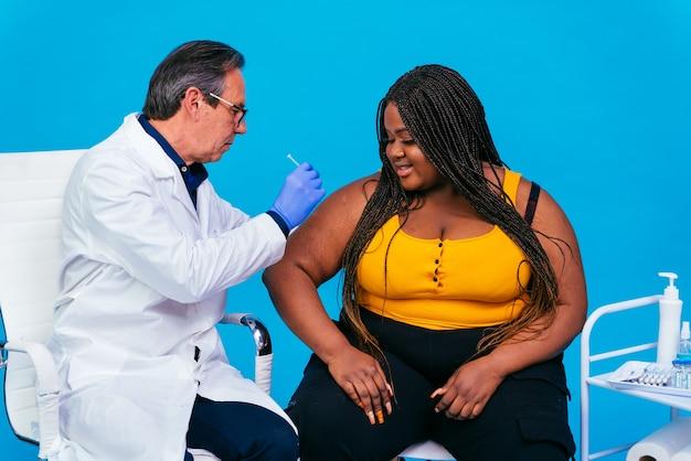 Vaccinatiecampagne tegen covid19 coronavirus in een kliniek