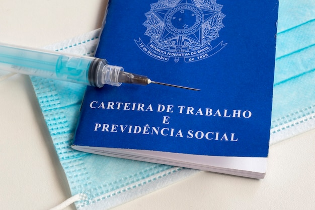 Vaccinspuit, gezichtsbeschermingsmasker en braziliaanse werkkaart.