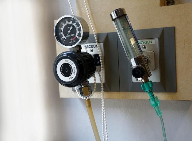 Vacuüm- en zuurstofdruksysteem, meetinstrumentstekker in stopcontact op wand in ziekenhuis of kliniek