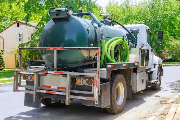 Vacuüm vuilniswagen op het reinigingsproces draagbare bio toiletcabines in de aanbouw