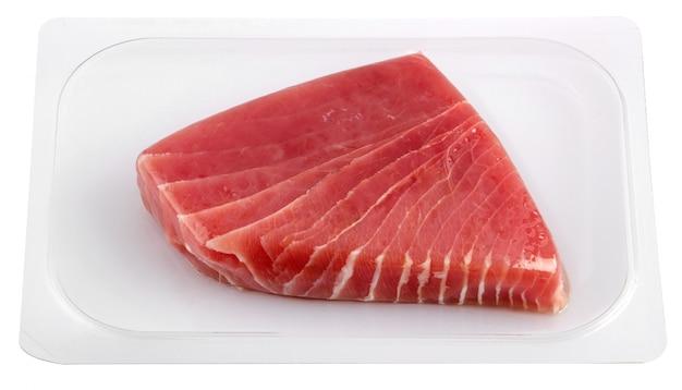 Vacuümverpakte tonijnfilet op witte achtergrond