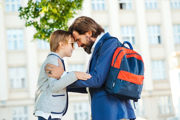 Vader brengt kind naar school. terug naar school-concept.