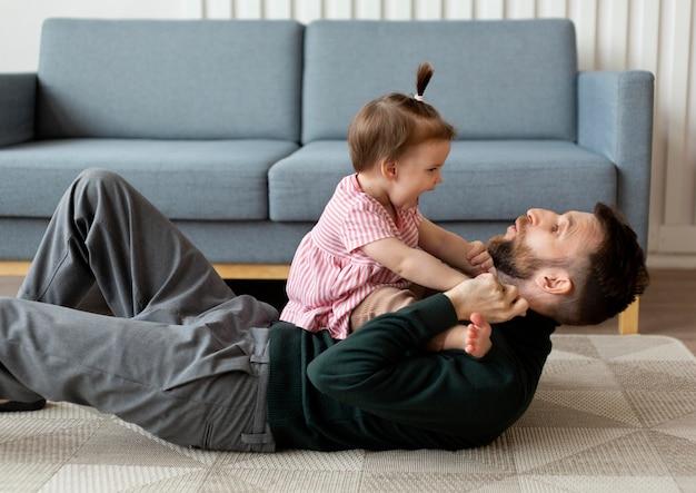 Vader brengt tijd door met zijn baby