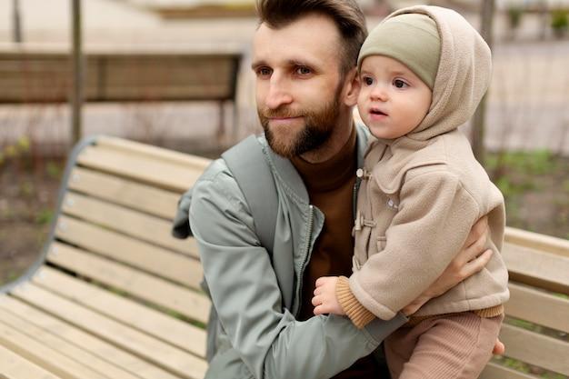 Vader brengt tijd door met zijn dochter