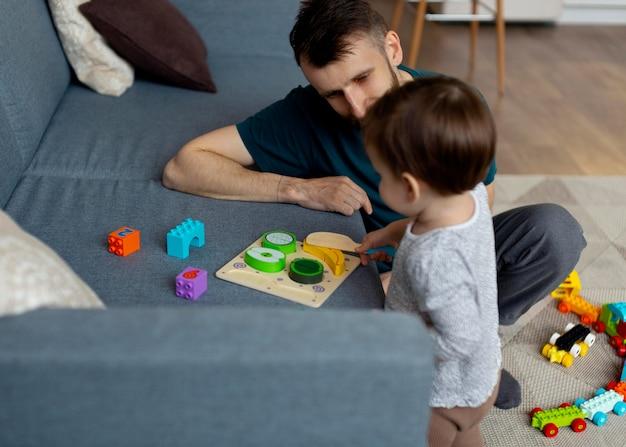 Vader brengt tijd door met zijn kleine meisje