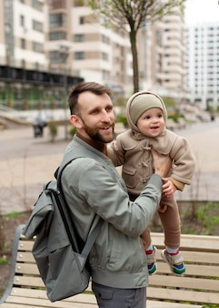 Vader brengt tijd door met zijn schattige dochter