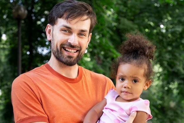 Vader brengt tijd samen met zijn meisje buiten door