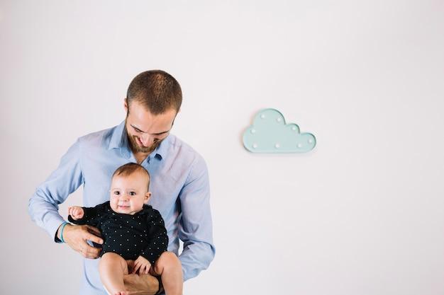 Vader die baby kietelt