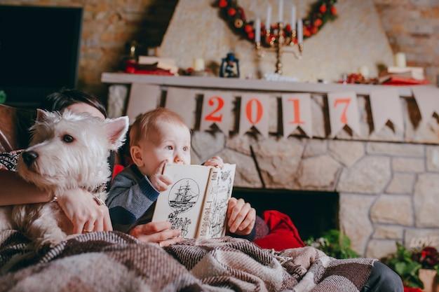 Vader die een boek dat uw baby is op zoek naar en ontroerend