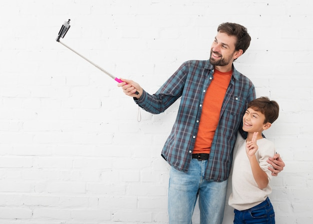 Vader die een selfie met zijn kleine jongen neemt