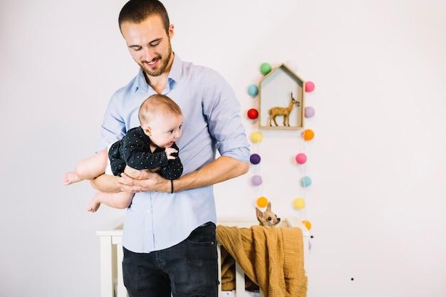 Vader die glimlachende baby houdt